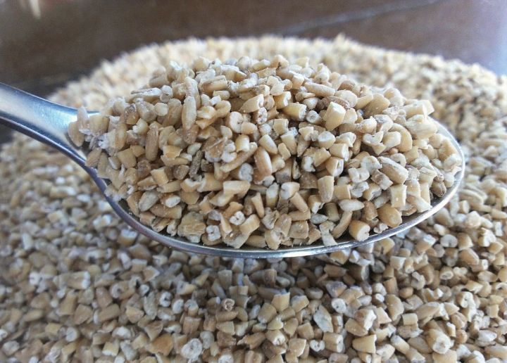 1024px-Bowl_of_dry_steel-cut_oats_with_full_spoon